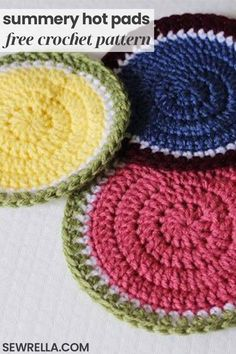 These easy summer hot pads are great kitchenware to have on hand! Or quickly stitch up a set for a housewarming present with my free crochet pattern. Create your own to match your home with fun, coordinating colors! Crochet Trivet Patterns, Crochet Potholders, Sewing Patterns Free, Knitting Patterns, Loom Knitting, Free Pattern, Crochet Hot Pads, Free Crochet, Knit Crochet