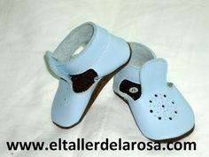 Patucos de bebé fabricados artesanalmente en auténtica piel de las mejores calidades. http://www.eltallerdelarosa.com/patucos-de-bebe/129-patucos-de-bebe-sandalia-azul.html