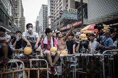 22日、香港の旺角(モンコック)で、バリケード周辺に集結した民主派デモ隊(AFP=時事) ▼22Oct2014時事通信|民主派、強硬姿勢崩さず=政府との選挙改革対話-香港 http://www.jiji.com/jc/zc?k=201410/2014102200646