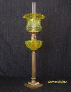 """Lampada da tavolo con colonna in ottone e base in fusione di bronzo; Serbatoio in Cristallo """"Giallo vaseline""""; Bruciatore Ditmar SONNEN-BRENNER 15"""" con appropriato tubo vetro marcato SONNEN BRENNER 15"""" DITMAR - WIEN; Paralume tulipano cristallo con sfumatura in giallo. Da collezione !"""