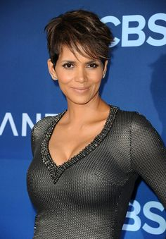 Halle Berry Poses Braless in Sheer Top Looks Hot and Sexy Either being the age of 50 Halle Berry Pixie, Halle Berry Style, Halle Berry Hot, Beautiful Celebrities, Beautiful Actresses, Helle Berry, Halle Berry Bikini, African American Beauty, Cinema Tv