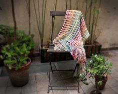 This colorful and original throw blanket is made combining crochet and hand woven techniques. Home Bar Counter, Couch Throws, Vintage Interiors, Cotton Blankets, New Home Designs, Trendy Home, Diy On A Budget, Boho Decor, House Warming