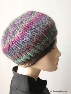 950c8194389f Articles similaires à Bonnet en laine multicolore violet parme bleu vert  mauve au tricot fait main Béret accessoire de mode hiver en laine pour ...