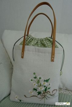 It is a linen bag ~ ♡ I love daisy bouquet … second re-made … - Patchwork Bags, Quilted Bag, Diy Bag Designs, Potli Bags, Diy Tote Bag, Embroidery Bags, Pouch Pattern, Jute Bags, Linen Bag