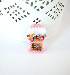 ★☆ Broche représentant un distributeur de chewing-gum vintage  Cette broche est tissée au point brick stitch et à l'aiguille avec des perles japonaises Miyuki délicat 11/ - 17553134
