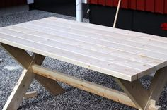STILkvisten: Bygga trädgårdsbord Garden Table, Patio Table, Diy Table, Picnic Table, Outdoor Tables, Outdoor Decor, Scandinavian Garden, Deck Furniture, Garden Inspiration