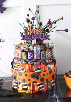 Halloween Candy Cake Halloween Candy Cake-Make this cute Halloween candy cake as a centerpiece for your Halloween party or as a gift for a great friend! Source by somewhatsimple Dulceros Halloween, Bonbon Halloween, Halloween Party Drinks, Couple Halloween Costumes, Halloween Treats, Halloween Candy Bags, Halloween Makeup, Candy Arrangements, Candy Centerpieces