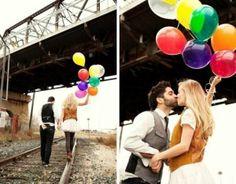 Sessão de fotos de casamento com balões coloridos. Veja algumas ideias para fugir das fotos convencionais de estúdio e ter um ensaio original, bonito e criativo. http://www.seuevento.net.br/uberlandia/artigos-e-dicas/27/12/2013/ideias-para-sessao-de-fotos-pre-casamento/