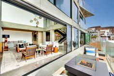 Le séjour de son côté donne sur une agréable terrasse avec un accès directe sur la plage