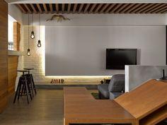 高低不一的吊燈垂落著,讓吧台的一角形成有生活質感的端景