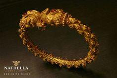 Antique bangle Gold Chain Design, Gold Bangles Design, Gold Earrings Designs, Gold Jewellery Design, Gold Bangle Bracelet, Beaded Bracelets, Gold Jewelry Simple, Antique, Collection