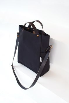 Best 11 * Deluxe Edition includes an adjustable shoulder strap and magnetic closure. The Field Bag is a versatile tote thats perfect for taking lunch to work, picnics in the park and more. The side pockets are the perfect size for water bottles or wine. Tote Handbags, Purses And Handbags, Work Bags, Fabric Bags, Everyday Bag, Fashion Bags, Bucket Bag, Leather Bag, Shoulder Strap