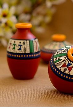 This set of pot is made of terracotta, brought to you from Uttar Pradesh and decorated with the Warli art, native to the tribals of Maharashtra. It is handpainted with acrylic colours. Art N Craft, Craft Stick Crafts, Bottle Painting, Bottle Art, Truck Art Pakistan, Pottery Painting Designs, Indian Arts And Crafts, Decorated Flower Pots, Painted Pots