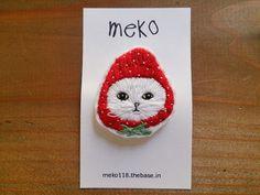 苺のかぶりもの 刺繍バッジ 白猫