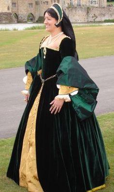16世紀ルネッサンス貴族女性。イタリアから全ヨーロッパへ。Sopraveste(ソプラヴェステ)=長袖のワンピース。 Robe(ローブ)ともいい、腰から下のスカート部分は大きく広がっている。   襟ぐり。若い女性の着るソプラヴェステの襟ぐりは   大抵大きく広がっているが年配者は首まで隠しているデザインを選ぶ。若い女性でも、威厳を重視する場合(女王として登場する時など)は、襟ぐりを広げすぎることはない。 ウェストのくびれの位置は自然になっている。ルネサンス以前の衣装は、  バストのすぐ下あたりにウェストのくびれがあり、そこからすぐスカートが広がるという不自然なものだった。 ボルサ(伊Borsa)=女性の衣装にはポケットがないため、ベルトの紐の先にボルサという巾着袋をぶら下げて小物を入れておく。紐の両端に一つずつボルサをぶら下げている人もたくさんいた。中には、片方はボルサ、片方には扇をつけていた例もある。LOVE the green velvet!