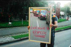 """Campanha da ONG Cicloiguaçu, de Curitiba/PR, para respeito aos pedestres. Frase: """"Você também é pedestre. Enxergue-se. Respeite""""  Fonte: http://cicloiguacu.org.br/"""