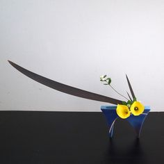 自由花 カラー、ニューサイラン、シンフォリカルポス Art Floral, Floral Design, Ikebana Flower Arrangement, Flower Arrangements, Japanese Flowers, Japanese Art, Calla Lily Centerpieces, Tea Ceremony, My Flower