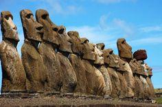 L'île de Pâques est une petite île isolée à quelques 3 700 km des côtes du Chili, célèbre pour ses statues monumentales de 1 à 20 mètres de haut : les Moaïs. Ils auraient été construits par les héritiers d'une civilisation hautement avancée mais ayant brutalement disparue. D'où sont-ils venus et comment ? Le mystère plane et les théories abondent.