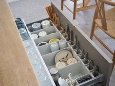 """tama on Instagram: """"2019.7.2 カトラリー収納です𓃗 ・ 以前は1番上の引き出しに収納していましたが下の子たちもお手伝いしてくれるようになって取りにくそうだったので中段に移しました。 ・ 無印良品の #ペンポケット を使って種類別に立てて収納。 ・…"""" Kitchen Cabinet Organization, Home Organization, Kitchen Cabinets, Organizing Ideas, Diy Garage, Storage Shelves, Life Hacks, House Design, House Styles"""