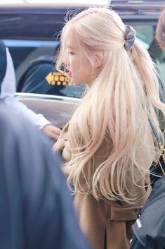 Rose Blonde Hair, Blonde Hair Korean, Foto Rose, Nagellack Trends, Rose Icon, Kim Jisoo, Black Pink Kpop, Blackpink Fashion, Hair Inspo