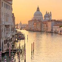 Romántica, misteriosa y siempre en peligro de extinción. La acuática belleza de Venecia sigue inspirando a poetas, amantes y coleccionistas de experiencias únicas. La ciudad de los canales sigue siendo un lugar de obligada visita, un imprescindible. Ahora que los días se acortan y la luz de las farolas tiñe de magia el reflejo del agua, regálate una escapada llena de glamour y elige temática, hay muchas.