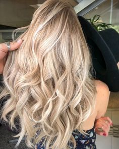 'Champagne Hair' Is Perfect For Summer - Simplemost If you're looking to lighten your hair for summer — this is the way to do it! This new trend combines one of the most trendy summer items — ahem, rosé — with a lighter hair color that's perfect. Champagne Hair Color, Champagne Blonde Hair, Blonde Hair Images, Blonde Hair Designs, Blonde Hair Looks, Blonde Hair For Summer, Perfect Blonde Hair, Summer Hair, How To Lighten Blonde Hair