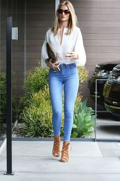 Every Stylish Celeb Wears This One Item - Herren- und Damenmode - Kleidung Mode Outfits, Casual Outfits, Fashion Outfits, Womens Fashion, Fashion Trends, Jeans Fashion, Classy Jeans Outfit, Casual Jeans, Fashion 2017