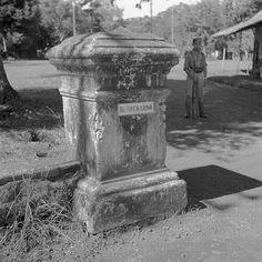 De ingang van het huis van ir. Soekarno in Batavia. Annotatie : De bewaker is een lid van het TRI, het Republikeinse leger. Datum : 25 februari 1946. Locatie : Batavia, Indonesië, Indonesië, Jakarta , Nederlands-Indië