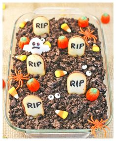 Halloween Graveyard Cheesecake Dip - 30 Days of Halloween 2017 Halloween Graveyard Cheesecake - A smooth and chocolatey dip that you can easily serve to a crowd this Halloween! So many fun Halloween elements! Halloween Snacks, Hallowen Food, Halloween Graveyard, Fete Halloween, Halloween Goodies, Halloween Cakes, Halloween 2017, Easy Halloween Desserts, Graveyard Cake