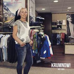 Und Mädels dürfen natürlich noch mal... +++ 2 Teile für 100 Euro: MAXI PAKET Outfit Vorschlag Nr.6 +++ Madlen trägt 2 Teile: Jeans und Shirt sind von REPLAY. Das Outfit kostete vorher insgesamt 178 Euro. Mit dem KRUMNOW! MAXI PAKET - Rabatt kostet dieses Beispiel - Outfit dann nur noch 100 Euro.