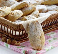🍪BISCOTTONI MORBIDI ALLE NOCCIOLE🍪, sono friabili e anche croccanti grazie all'utilizzo della frutta secca tritata e aggiunta all'impasto. Una volta in forno, sentirete che profumino! Sono dei biscotti ideali per la colazione, dall'aspetto un po' rustico, e anche facili da realizzare, semplici ma buonissimi. Se volete (e se riuscite a reperirlo), è possibile sostituire l'aroma alla vaniglia con quello alla nocciola per aromatizzare i vostri biscotti😋. Cheesecake, Cheesecakes, Cherry Cheesecake Shooters