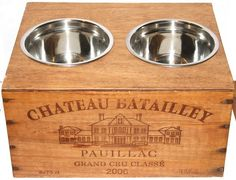 Une bonne table dans un château. / A good meal in a castel. Upcycled Home Decor, Upcycled Crafts, Diy And Crafts, Wine Jobs, Dog Bath Tub, Diy Dog Crate, Pallet Crates, Wine Crates, Bois Diy