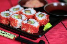 Sushi Uramaki z Kawiorem - bardzo popularne sushi. Nasz przepis to kompozycja klasycznego uramaki z łososiem, do którego użyliśmy także kawioru, Smakowalo? Zostaw nam komentarz :)