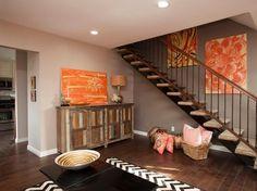 peinture grise, escalier droit, commode vintage en bois teinté et tableaux décoratifs