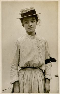 'time' :::::::::: Vintage Photograph :::::::::: Young woman - Miss Hilda Trevelyan, 1906 with a sadness on her face that makes my heart ache. With the black band on her arm and hat it indicates she's in mourning. Antique Photos, Vintage Pictures, Vintage Photographs, Old Pictures, Vintage Images, Old Photos, Vintage Abbildungen, Mode Vintage, Vintage Beauty