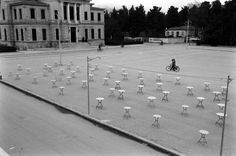 James Burke, Δεκέμβριος 1959, Τρίπολη, άδεια τραπέζια στην Πλατεία Άρεως με φόντο το Δικαστικό Μέγαρο. Greece, Vintage, Greece Country, Vintage Comics