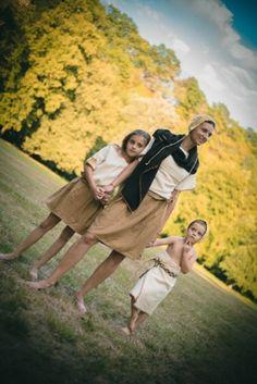 Rodina v oděvech doby bronzové. Small Family in Bronze Age Dresses. Photo D. Bek, Reconstruction of Dress K. Urbanová.