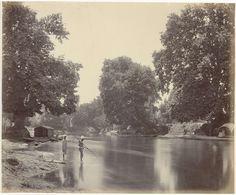 Samuel Bourne | Mensen vissen met speer aan de oever van de rivier in India, Samuel Bourne, 1862 - 1874 |