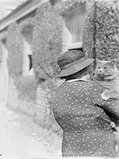 Substantial lady with substantial cat: Royal Easter Show, 1935, Sydney Australia photo by Sam Hood
