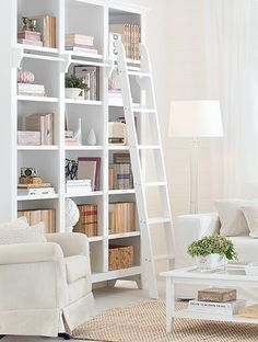 Transformar a estante de casa em uma verdadeira biblioteca pode ser uma tarefa fácil: basta ter criatividade e disciplina. Veja algumas dicas de como deixar seus livros em ótimo estado e sempre ao alcance das mãos!