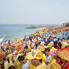 透早小琉球迎王祭在海上遶境琉球島後,下午,所有廟宇的神佛們則是搭著神轎,全部聚集在中澳沙灘,恭迎即將乘船而來的乙未正科千歲王爺駕到。