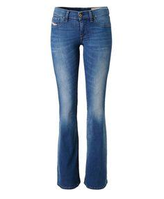 """Style """"Livier-Flare"""". Flared-Jeans im Five-Pocket-Stil. Mit niedriger Leibhöhe, Reißverschluss, leichter Used-Waschung und weit ausgestelltem Bein. Im Retro-Look mit figurbetontem Feinstrickpullover kombinieren und mit einem auffälligen Gürtel ein modisches Statement setzen. #Jeans #Impressionen"""