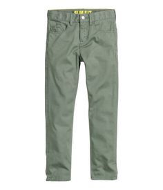 5-pocket trousers in washed cotton twill with an adjustable elasticated waist (in sizes 8-13Y), zip fly and slim legs.