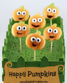 Happy pumpkins, great idea for kids Halloween party food. Made of a melon and some sweets. Served on a stick, they are perfect for a snack or a dessert. Halloween Party Snacks, Healthy Halloween, Halloween Birthday, Halloween Kids, Halloween Pumpkins, Halloween Desserts, Fall Snacks, Fruit Snacks, Happy Pumpkin Faces
