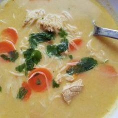 Diese thailändische Suppe mit Hähnchen und Gemüse ist im Nu auf dem Tisch. Perfekt, wenn es schnell gehen muss.