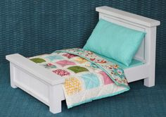 Doll Bed with Bedding & Patchwork Quilt - Tutorial to make this lovely quilt just what I have been looking for. Dollhouse Quilt, Diy Dollhouse, American Girl Doll Bed, Miniature Quilts, Doll Beds, Barbie Furniture, Furniture Vintage, Furniture Plans, Doll Quilt