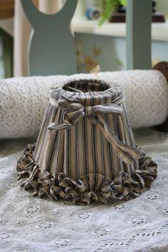 lief klemkapje in een grijs/beige gestreepte stof met ruche en strik