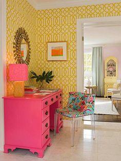 Home Decor Habitacion Yellow lattice wallpaper and pink desk brighten this area.Home Decor Habitacion Yellow lattice wallpaper and pink desk brighten this area Home Interior, Interior And Exterior, Modern Interior, Interior Design Yellow, Gray Interior, Pink Desk, Pink Dresser, Pink Drawers, Yellow Desk