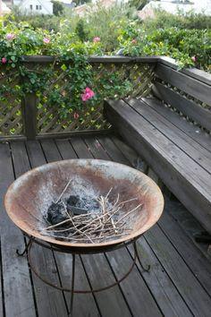 焚き火を楽しむ鉄製の鉢。八ヶ岳倶楽部で購入した。火を起こさないときはガラスを載せてテーブルに。