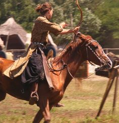 Haaldyn archer look possibility. Medieval, Archery Lessons, Character Inspiration, Character Design, Mounted Archery, Warrior Princess, Horse Riding, Beautiful Horses, Fantasy Characters